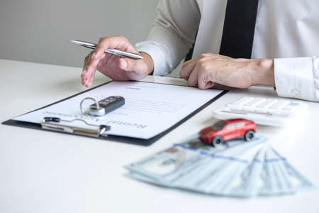 Man client calculating insurance premium for decide signing rental contract form of renting a vehicle agreement, car insurance concept. Foto de archivo - 128564091