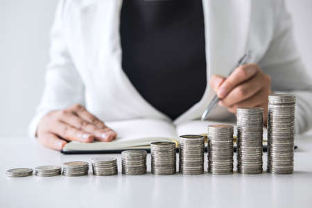 Images of growth stacking coins and Business woman for planning growing business profit step up and savings, Saving money for future plan and retirement fund concept. Foto de archivo - 128564317