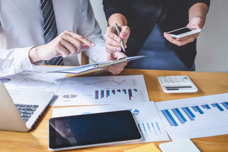 Professionelles Executive Business Team Brainstorming bei Treffen zur Planung von Investitionsprojekten und Strategie der Geschäftsgespräche mit dem Partner und Konsultation der Zusammenarbeit. Standard-Bild
