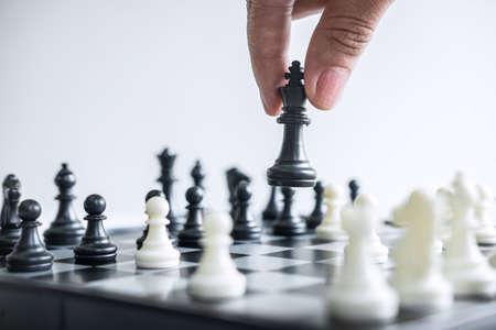 Une femme d'affaires jouant aux échecs et une stratégie de réflexion sur le crash renverse l'équipe opposée et analyse le développement pour gagner et réussir. Banque d'images