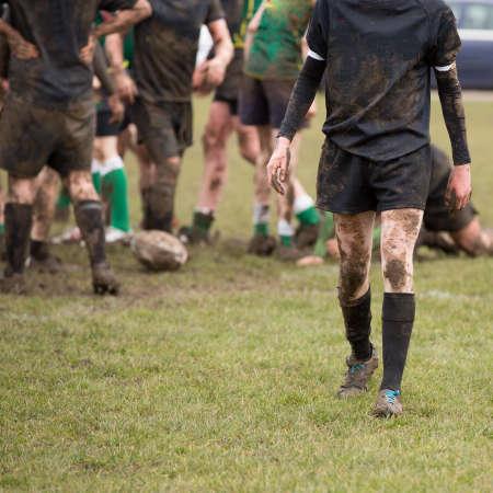 cerillos: Jugadores de rugby en juego embarrado de rugby