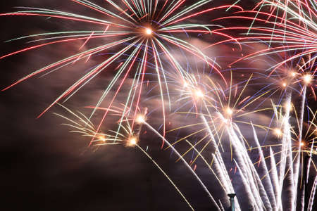 guy fawkes night: Fuochi d'artificio che esplodono in un cielo scuro Archivio Fotografico