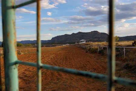 grandstand: Ver a viejos tribuna de las carreras de caballos puerta.