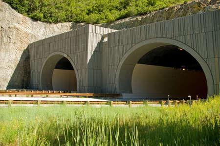 Ingang van een snelweg tunnel in de bergen.  Stockfoto