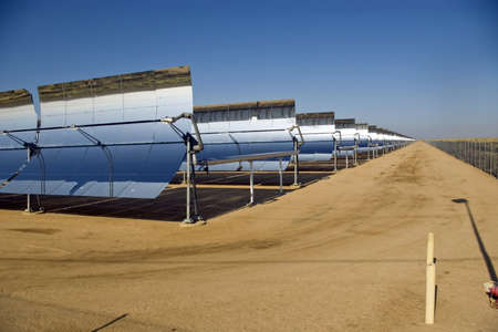 A row of solar mirrors in the Mojave Desert  版權商用圖片