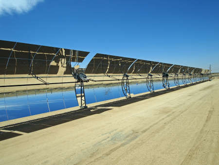 A row of solar mirrors in the Mojave Desert Imagens - 14087026