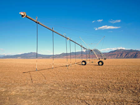 A center pivot irrigation system in an early spring field.   Imagens
