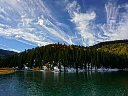 A scenic mountain lake in the autumn. Imagens