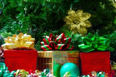 three gift boxes: Tres cajas de regalo con la pelota en el fondo del �rbol de navidad