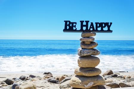 """Schild """"Be happy"""" auf dem Gipfel des Felsen Ausgleich durch Pazifischen Ozean"""