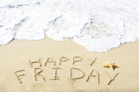 """Teken """"Happy Friday"""" op het zandstrand aan de oceaan"""