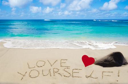 """carta de amor: Firmar """"�mate a ti mismo"""" con el coraz�n en la playa de arena junto al mar"""