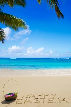 Pasen mand met eieren op het strand aan de oceaan