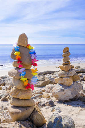 Stack of sea rocks with decoration balancing by Pacific ocean  Zdjęcie Seryjne