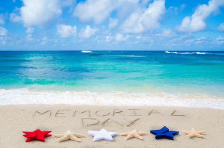 Memorial Day achtergrond op het zandstrand in de buurt van de oceaan