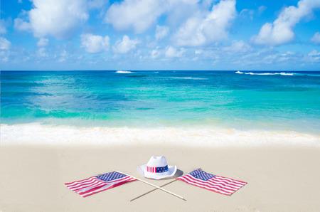 Amerikanische Feiertage Hintergrund auf dem Sandstrand am Meer Standard-Bild - 28028337