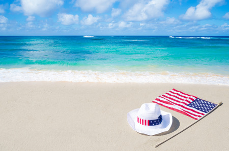 Amerikaanse feestdagen achtergrond op het zandstrand in de buurt van de oceaan