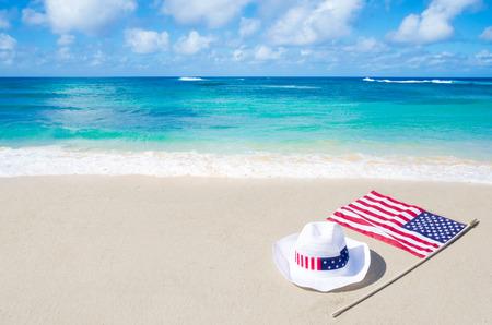 Amerikanische Feiertage Hintergrund auf dem Sandstrand am Meer Standard-Bild