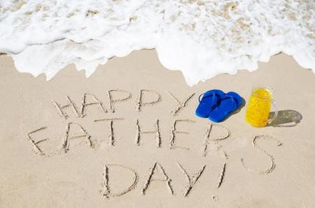happy Fathers Day: Fondo del d�a de padre feliz con chanclas en la playa de arena Foto de archivo