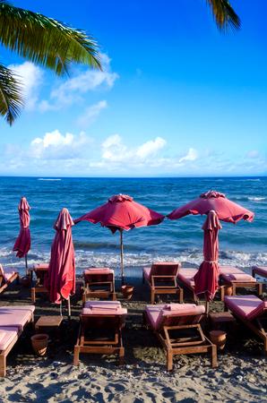Red beach umbrellas next to sea (Cyprus, Limassol) Imagens