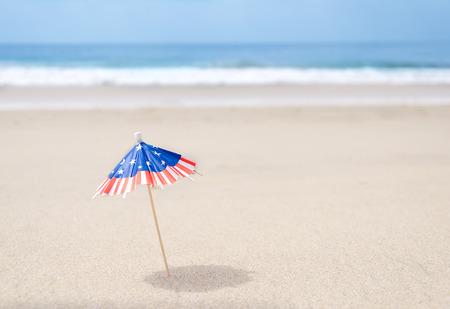 Patriottische achtergrond met zeesterren en decoraties op het zandstrand