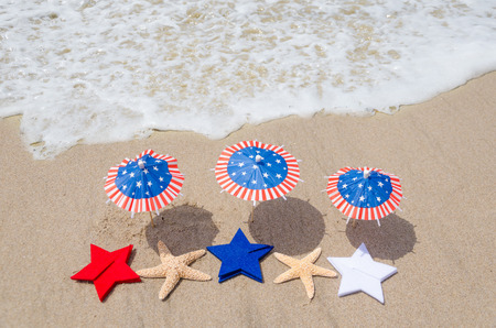 Patriotic USA background with starfishes and decorations on the sandy beach 版權商用圖片 - 40069624