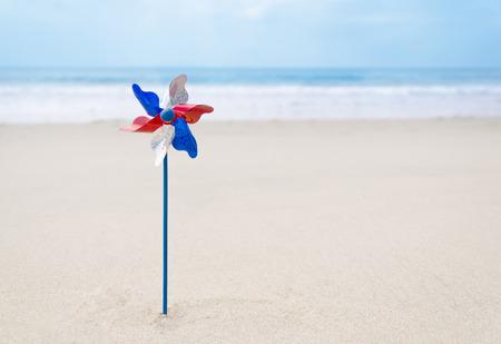 Patriottische achtergrond met decoratie op het zandstrand