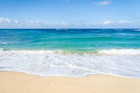 Ozean und tropischen Sandstrand Hintergrund (Hawaii, Kauai)