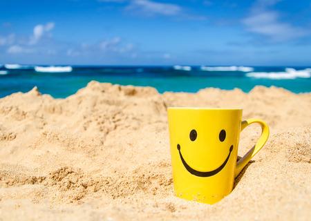 carita feliz: Taza feliz de la cara en la playa en Hawai