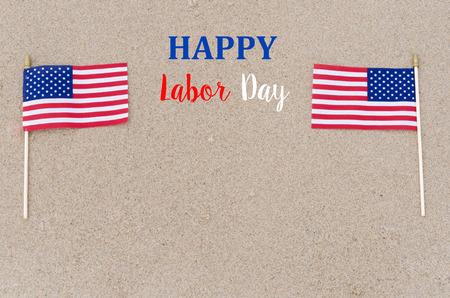 De gelukkige Dag van de Arbeid achtergrond met vlaggen op het strand - USA vakantie concept