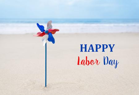 Dag van de Arbeid USA achtergrond met decoratie op het zandstrand Stockfoto