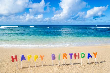 """Teken """"Happy Birthday"""" op het tropische strand in Hawaï"""