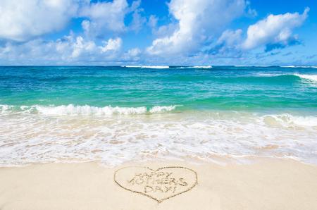 Muttertags-Hintergrund auf dem Sandstrand in der Nähe von Meer
