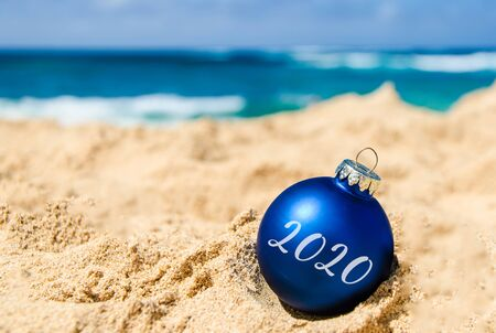 2020 Feliz año nuevo con pelota en la playa tropical cerca del océano en Hawai Foto de archivo