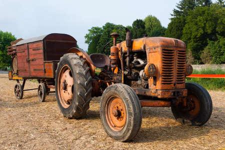 motor de carro: Alimentador viejo con el carro de la granja, la agricultura, la vida rural