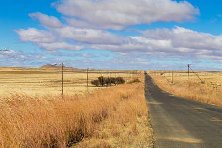 Perspectief weg van Oranje Vrijstaat. Op weg naar Karoo, Zuid-Afrika. Afrikaans landschap. Reis achtergrond Stockfoto