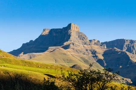 hito de Sudáfrica, el anfiteatro del Parque Nacional Royal Natal. Drakensberg montañas paisaje. Top picos