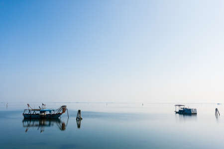 Vissersboten binnen Po rivierlagune, Italië. Italiaans landschap. Minimaal waterpanorama
