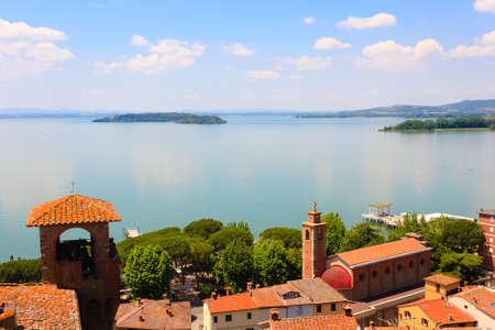 イタリア・プリシニャーノ城から見えるトラジメーノ湖。イタリアの風景