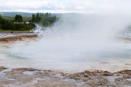 Strokkur geothermal area. Strokkur geyser eruption, Iceland Imagens