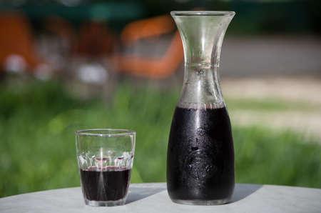 Typische toskanische Karaffe für Wein mit seinem Glas