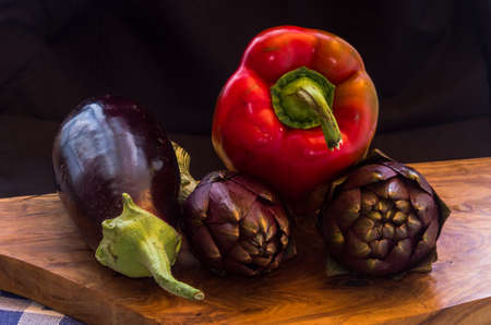 나무도 마 보드 위에 아티 초크, 달걀 공장, 토마토와 색된 신선한 야채