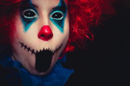Gruseliger Clown Nahaufnahme gruseliges Halloween-Porträt auf schwarzem Hintergrund