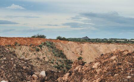 Carriera rocciosa per un'estrazione di carbone in una giornata di sole e una collina all'orizzonte