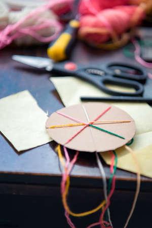 Faire un bracelet d'amitié tressé en utilisant un carton et du fil.