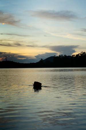 Golden hour sunrise in Kenyir Lake, Terengganu, Malaysia. 版權商用圖片