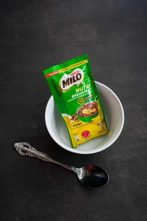 Kuala Lumpur, Malaysia - Nov 7 2020: Nestlé Milo breakfast energy drink sachet. Banana flavour. 新聞圖片