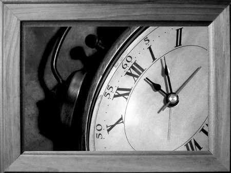 numeros romanos: Antique mirando al reloj, n�meros romanos, versi�n con marco de madera  Foto de archivo