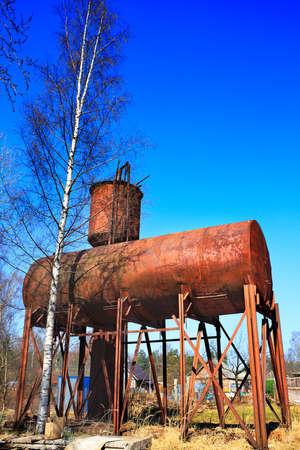 dep�sito agua: Rusty tanque de agua elevado