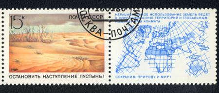 """globe terrestre dessin: URSS - CIRCA 1989: Un timbre imprim� en URSS montre un d�sert, la s�rie �Pr�server la nature et du monde!"""", Circa 1989"""